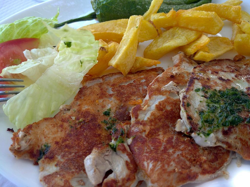 medio ración, half portion of pork and chips in venta Tropezon, Montecorto